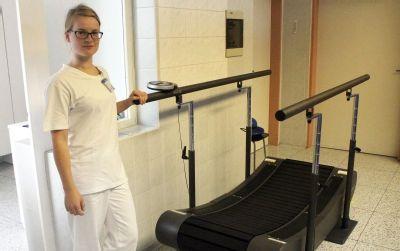 Pacienti po úrazech či mrtvici si v Nemocnici Český Těšín nacvičují chůzi na speciálním chodníku