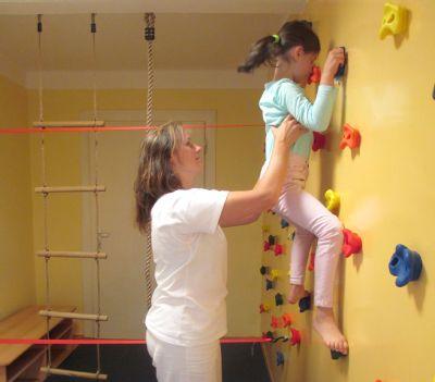 Nemocnice Český Těšín nabízí dětem rehabilitaci na lezecké stěně