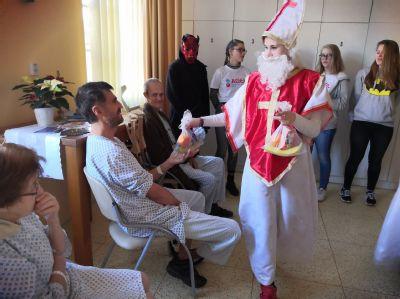 Koledováním i mikulášskou nadílkou těší adventní program pacienty v Nemocnici Český Těšín