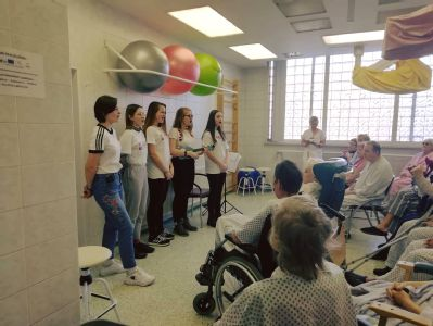 Studenti střední zdravotnické školy rozveselili seniory v Nemocnici Český Těšín