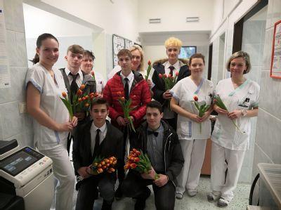 Studenti zdravotní školy obdarovali ženy v Nemocnici Český Těšín